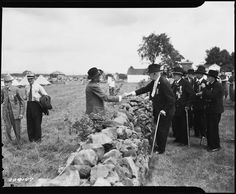 The 1940 census was the first to stop asking if a veteran had served in the Civil War.    However, it's possible that Civil War veterans might have been enumerated in the 1940 Census. This photograph of Union and Confederate veterans at Gettysburg was taken in 1938, just 2 years before the 1940 count.