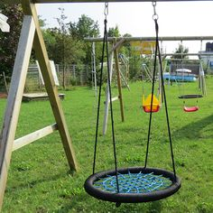 #Nestschaukel mit 100 cm Durchmesser, bestehend aus Außenring und Netz aus PE-Geflecht. Die Nestschaukel ist wetterfest für den Einsatz im Freien geeignet.