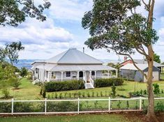 Something very special for your Sunday morning. Permission to scream 😂. A three quarter wrap around verandah and the stunning roof line is making my knees weak. Yep, even though it's not for sale, it's on my lotto list ( ) Queenslander House, Weatherboard House, Farmhouse Trim, Country Farmhouse, Country Homes, Victorian Farmhouse, Country Cottages, Farmhouse Ideas, Farmhouse Decor
