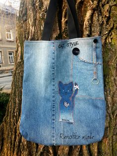 Taška+Cat+Style+Kabelka+/+taška+na+denní+nošení+s+aplikací+kočkya+a+kapsou+na+přední+straně.+Lehounká,+podšitá+uvnitř+tmavou+květovanou+podšívkou.+Nad+přední+kapsou+je+tkanice+s+karabinou+na+klíče,+zdobení+mašličkou+a+kovovými+puntíky.+Nosí+se+v+ruce,+přes+loket,+dá+se+nahodit+i+přes+rameno.+Poslouží+i+jako+nákupka+na+slušný+nákup.+Celá+kabelka+je+z...