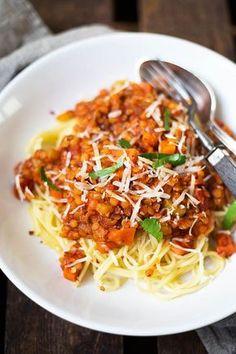 Vegane 20-Minuten Rote Linsen-Bolognese. Super schnell gemacht und UNGLAUBLICH lecker - http:/q/Kochkarussell.com