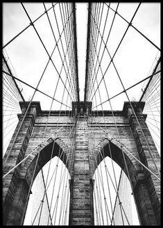 Stunning poster of the Brooklyn Bridge. The bridge was built in it connects Brooklyn to Lower Manhattan in the beautiful city of New York. Black And White Photo Wall, Black And White Posters, Photo Black, White Art, Black And White Photography, New York Black And White, Black White, Mode Poster, Poster Shop
