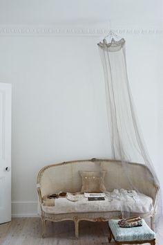 Vintage sofa and ceiling net Interior Exterior, Interior Design, Deco Boheme Chic, Estilo Shabby Chic, Vintage Sofa, Antique Sofa, Vintage Decor, French Vintage, Living Spaces