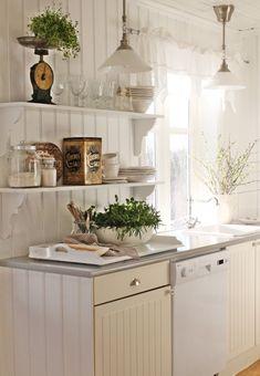 Swedish Design - cute little cottage kitchen - beadboard & open shelves. Cozinha Shabby Chic, Shabby Chic Kitchen, Country Kitchen, Kitchen Decor, Kitchen Shelves, Open Kitchen, Cupboards, Design Kitchen, Cottage Living