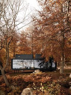 If you share our fascination with modern prefab cabins, we thing you're going to like the Vipp Shelter. Its sleek, modern and eye catching. Cabin Design, House Design, Prefabricated Cabins, Prefab Homes Uk, Prefab Houses, Modular Homes, Cabin Homes, Tiny Houses, Microhouse