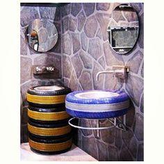 Para banheiros, com diferentes cores e utilidades. | Além de serem super resistentes, os pneus também ganham várias funções dentro da casa. Eles podem ser usados como cuba da pia, revisteiro, prateleira para guardar brinquedos, como apoio para bancos e mesas e até como vasos para plantas. Por isso, na hora de aposentar o pneu do seu carro, inspire-se nessas dicas para sua reutilização!