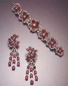 Pulsera de platino, rubíes y diamantes de Bulgari. acompañada por aros de platino, oro blanco y y diamantes de la misma casa. 1954.