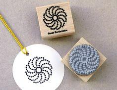 Ein süßer Stempel um tolle DIY Projekt zu gestalten. Ob Karten, Geschenkanhänger, Einladungen uvm deiner Fantasie sind keine Grenzen gesetzt. Den Stempel Ornament Shanice findest Du bei www.party-princess.de