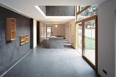Die fensterlose Rückwand dient jeweils als Funktionsriegel und reiht auf kleinstem Raum | Buddenberg Architekten ©Michael Reisch, Düsseldorf