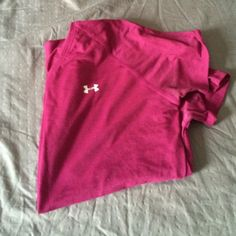 Under Armour hear gear short sleeve shirt Great for running outside in the cold! Hear hear to keep you warm Under Armour Tops Tees - Short Sleeve