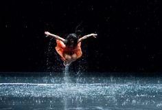 """>> Agua, arte y emoción """"Si hay magia en este planeta, está contenida en el agua.""""  El agua también es un referente en el Arte; es el elemento que mejor actúa como receptor, almacenaje y transmisor de información.  #arte #agua #emocion #magia #ciencia #PinaBausch #LisaPark #GyulaKosice #NigelStanford #MasaruEmoto #YolandaMartinez #IndieColors #Cultura #Blog"""