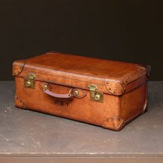 Bentleys is an Knightsbridge antiques dealer specialising in vintage Louis Vuitton, Goyard and Hermès luggage, English leather accessories and travel goods. Leather Suitcase, Leather Luggage, Leather Belts, Vintage Suitcases, Vintage Luggage, Old Luggage, Luggage Bags, Leather Craft, Handmade Leather