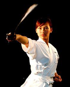 z- Woman w Katana (Nishijin Swords, Kyoto- ad) Aikido, Female Martial Artists, Martial Arts Women, Sword Poses, Katana Girl, Female Samurai, Warrior Spirit, Poses References, Female Fighter