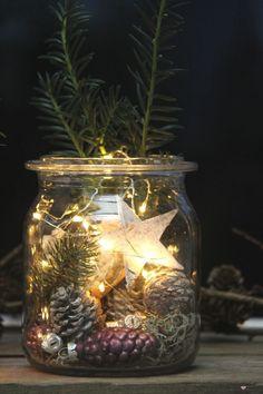 Zauberhafte Weihnachtsstimmung auf dem Balkon mit Lichterket