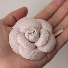 カメリアコサージュブローチ<ペールピンクツイード>CY045-C6WP|コサージュ|ic amo|ハンドメイド通販・販売のCreema Embroidery Art, Embroidery Designs, Camelia Chanel, Bridal Bands, Flower Corsage, Art Bag, Fabric Roses, Flower Hats, Vintage Chanel