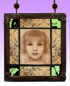 Aelita, small kilnfired stained glass suncatcher. For sale at the Etsy shop of Stained Glass Elements. Aelita, Aelita glas-in-lood, glas-in-lood portret, gebrandschilderd glas in lood, raamhanger, Aelita glas, glazenier, glaskunst, antiek glas