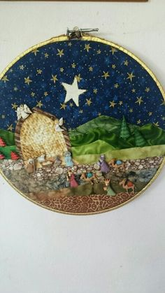 Pesebre en botones sobre tambora Christmas Nativity Set, Christmas Sewing, Christmas Diy, Christmas Bulbs, Nativity Crafts, Christmas Crafts, Christmas Decorations, Holiday Decor, Catholic Crafts