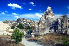 Kapadokya, Anadolu'nun en efsunlu coğrafyalarından birisidir. Yeryüzü şekilleri,peribacaları, yeraltı şehirleri, peribacalarının içine oyulmuş kaleleri