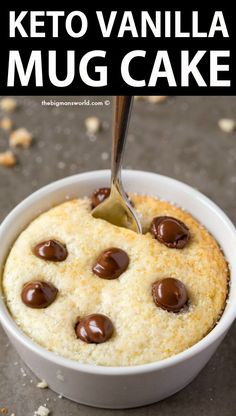 KETO VANILLA MUG CAKE RECIPE- 1 minute! Keto Vanilla Mug Cake (Paleo, Vegan, Sugar Free, Low Carb)- An easy mug cake recipe which takes one minute and is super fluffy, light and packed with protein! Easy Mug Cake, Cake Mug, Keto Mug Cake, Bowl Cake, Vegan Mug Cakes, Protein Mug Cakes, Vegan Cake, Chocolate Chip Mug Cake, Keto Chocolate Chips