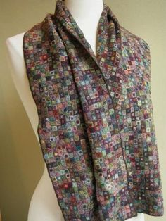 Tiny wool #crochet motifs into one luxurious scarf by Carres Liliput. Stunning!