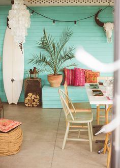 Love the teal color and the wood combined. Very beachy and colorful.