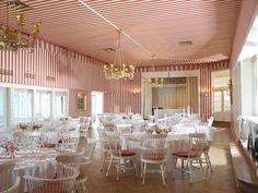 Der Festsaal - auch das Arabische Zelt genannt, ist mit seiner rot-weißen Tapete und den Kronleuchtern unverwechselbares Schmuckstück des Hauses.