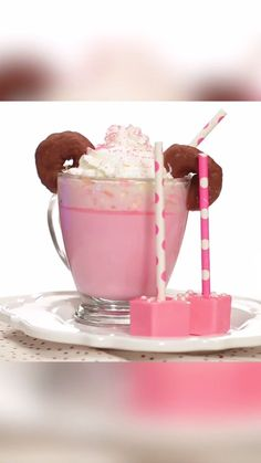 Minnie Mouse Hot Cocoa Recipe – Essen - To Have a Nice Day Hot Cocoa Recipe, Cocoa Recipes, Hot Chocolate Recipes, Chocolate Cakes, Yummy Treats, Delicious Desserts, Sweet Treats, Dessert Recipes, Yummy Food