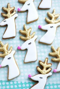 Gilded Reindeer Cookies: Talk about eye-candy! These beauties are almost too gorgeous to eat. Find more easy, fun, and creative Christmas reindeer dessert ideas and recipes including cupcakes, cookies, rice krispie treats and cakes here. Santa Cookies, Holiday Cookies, Holiday Treats, Christmas Treats, Holiday Recipes, Gingerbread Cookies, Sugar Cookies, Gingerbread Reindeer, Baking Cookies