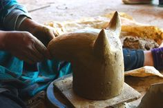 Modelage de la poterie de Sejnane : une poterie modelée à la main. Ici la potière modèle une tête de taureau : une création artisanale originale pour votre décoration d intérieur. Decoration, Ethnic Recipes, Food, Art Crafts, Terracotta, Pottery, Decor, Eten, Deko
