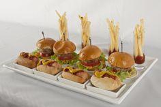 Mini hamburguesas, mini perros y papas fritas, ¿A quién no le encanta?