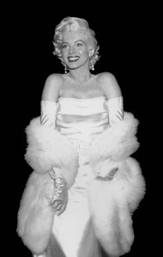 Marilyn Monroe ca. Photographed by Frank Worth Estilo Marilyn Monroe, Marilyn Monroe Photos, Marylin Monroe, Marilyn Monroe Poster, Old Hollywood Glamour, Vintage Hollywood, Classic Hollywood, Old Hollywood Actresses, Hollywood Fashion