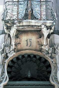 De la fachada de la Casa del Pavo, destacan los trabajos en forja de miradores y balcones, el remate en mosaico, así como el pavo que remata los dinteles de sus puertas –por el cual la casa recibe ese nombre– y los pomos de fundición. #Alcoi #Alcoy Ruta Europea del #Modernismo