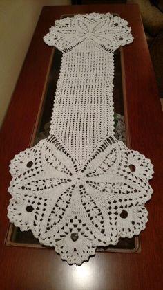 Caminho de Mesa Free Crochet Doily Patterns, Crochet Doilies, Tablerunners, Crochet Tablecloth, Filet Crochet, Diy And Crafts, Crochet Necklace, Centerpieces, Deco