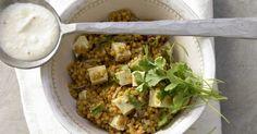 Scharfer Linsentopf mit Tofu und Chili-Joghurt: Viel pflanzliches Eiweiß liefern hier Linsen und Tofu. Ballaststoffe machen nachhaltig satt.