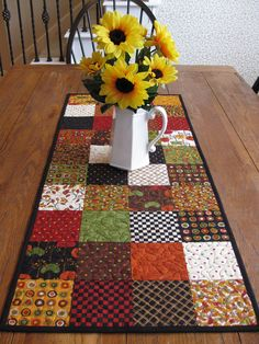 Patchwork table runner with special designs for autumn. Table Runner And Placemats, Quilted Table Runners, Quilted Table Runner Patterns, Patchwork Table Runner, Plus Forte Table Matelassés, Quilting Projects, Sewing Projects, Quilted Table Toppers, Fall Quilts