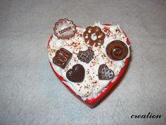 Scatola a forma di cuore con dolci realizzati in FImo