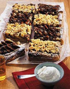 Zwetschgen-Blechkuchen und Pflaumenkuchen mit Cashewkernen für die herbstliche Kaffeetafel.