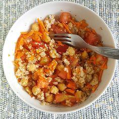 Arroz integral com grão e legumes e umas sementes de sésamo a decorar