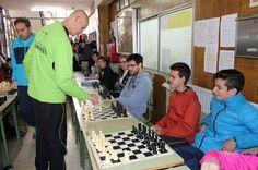 El Campeón Regional de ajedrez Antonio Castellanos se enfrenta a una veintena de oponentes en una partida múltiple
