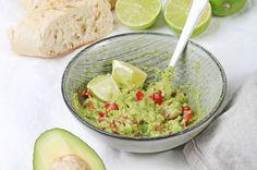 Selbstgemachte Guacamole! Rezept für die Guacamole sowie zu den besten Dips & Saucen zum Grillen findet Ihr auf dem Kochzauber-Blog!