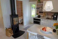 35 neliön pimeästä pikkumökistä sukeutui valoisa kolmio – radiojuontaja Tinni Wikström puhkeaa kyyneliin - Asuminen - Ilta-Sanomat Small Spaces, Tin, Cottage, Kitchen, Table, Furniture, Home Decor, Houses, Rooms