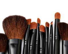 DIY make-up brush cleaner! cup warm water and cup vinegar, swoosh, then rinse to keep make up brushes clean. Homemade Makeup Brush Cleaner, Diy Makeup Brush, How To Clean Makeup Brushes, Skin Makeup, Makeup Tips, Makeup Contouring, Beauty Brushes, Free Makeup, Makeup Inspo