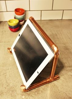 15 Awesome DIY Copper Pipe Decor for Sparkly Home Improvement Copper Pipe Shelves, Copper Pipe Fittings, Copper Pipes, Diy Phone Stand, Tablet Stand, Copper Lamps, Copper Wall, Cozy Reading Corners, Pipe Decor