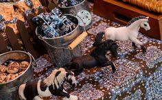 'Fazendinha'-estrela da festa, o cavalo aparece de várias formas na decoração da mesa