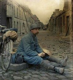 French soldier taking a break World War One, First World, Beret Rouge, Ww1 Pictures, Ww1 Soldiers, War Image, French Army, Strange History, Military History
