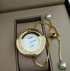 - Luxury Watches - Guide des plus Belles montres pour femme tendance 2018 Guide of the most Beautiful watches for trend. Trendy Watches, Cute Watches, Elegant Watches, Watches For Men, Cheap Watches, Unique Watches, Women's Watches, Most Beautiful Watches, Ring Verlobung