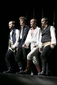 """So hat man Georg Büchners """"Dantons Tod"""" noch nicht gesehen: Am Frankfurter Schauspiel lässt Ulrich Rasche seine Schauspieler auf sich drehenden Rollen spielen."""