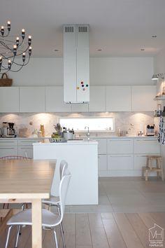 valkoinen_keittio Industrial Loft, Vintage Industrial, Modern Loft, Scandinavian Modern, Kitchen Ideas, Table, Dining Room, Inspirational, Interiors