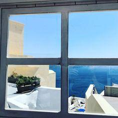 "Romain Bertrand az Instagramon: ""#oia #oía #santorini #greece @topgreecephoto @visitgreecegr #fenetre #mer #bleu #blue #window #photooftheday #picoftheday"""