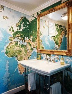 Inspireras av denna gästtoalett där man har tapetserat med en världskarta. Liknade tvättställ hittar du hos oss från bland annat Duravit och serien Vero.